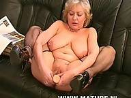 Horny mature slut doing a fisty black guy